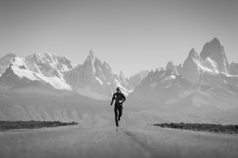 Piotr Hercog in Argentina with Cerro Torre and Fitz Roy in the background. A few days later He won Patagonia Ultra Fiord in Chile. fot. Piotr Dymus